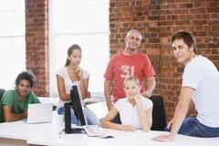 Cinco empresarios en la sonrisa del espacio de oficina Fotografía de archivo