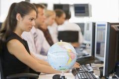 Cinco empresarios en oficina con el globo del escritorio imagenes de archivo