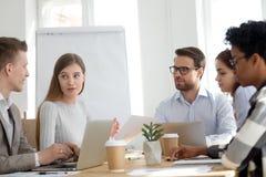 Cinco empresarios multirraciales diversos que trabajan en sitio de la oficina imagen de archivo libre de regalías