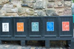 Cinco escaninhos de lixo pretos da parte dianteira imagens de stock royalty free