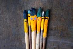 Cinco escovas do sorriso na tabela Imagens de Stock