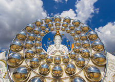 Cinco estátuas de assento da Buda e arquitetura circular em Wat Pha Sorn Kaew Fotos de Stock