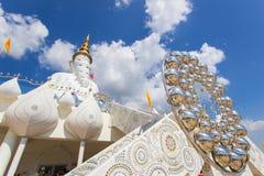 Cinco estátuas de assento da Buda e arquitetura circular em Wat Pha Sorn KaewWat Phra Thart Pha Kaewin Khao Kho, Phetchabun, nort Fotografia de Stock