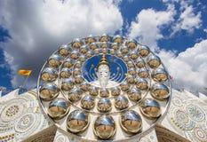 Cinco estátuas de assento da Buda e arquitetura circular em Wat Pha Sorn KaewWat Phra Thart Pha Kaewin Khao Kho, Phetchabun, nort Foto de Stock Royalty Free