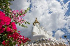 Cinco estátuas de assento da Buda em Wat Pha Sorn KaewWat Phra Thart Pha Kaewin Khao Kho, Phetchabun, Tailândia norte-central Foto de Stock