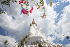 Cinco estátuas de assento da Buda em Wat Pha Sorn KaewWat Phra Thart Pha Kaewin Khao Kho, Phetchabun, Tailândia norte-central Fotos de Stock