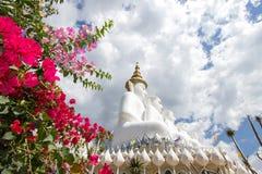 Cinco estátuas de assento da Buda em Wat Pha Sorn KaewWat Phra Thart Pha Kaewin Khao Kho, Phetchabun, Tailândia norte-central Imagem de Stock