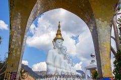 Cinco estátuas de assento de buddha em Wat Pha Sorn Kaew Imagem de Stock