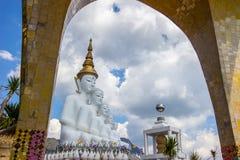 Cinco estatuas de Buda que se sientan en Wat Pha Sorn KaewWat Phra Thart Pha Kaewin Khao Kho, Phetchabun, Tailandia norcentral fotos de archivo libres de regalías