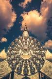 Cinco estatuas de Buda que se sientan y arquitectura circular en Wat Pha Sorn KaewWat Phra Thart Pha Kaewin Khao Kho, Phetchabun, imagen de archivo