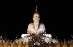 Cinco estatuas de Buda, templo público en Phetchabun Tailandia, escena de la noche imagen de archivo libre de regalías