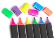 Cinco etiquetas de plástico negras del color con los casquillos abiertos en b blanco Fotos de archivo libres de regalías
