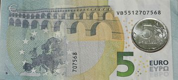 Cinco euro, cinco rublos Imagem de Stock