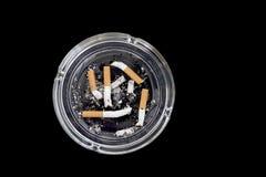Cinco extremos de cigarrillos en un cenicero Foto de archivo libre de regalías