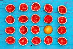 Cinco filas de las mitades rojas de rubíes del pomelo Foto de archivo