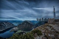 Cinco fingeres que ven la plataforma en las montañas, Austria, espectacular Imagenes de archivo