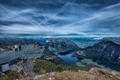 Cinco fingeres que ven la plataforma en las montañas, Austria, espectacular Foto de archivo