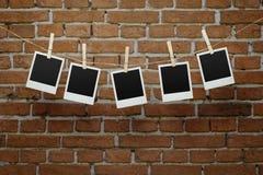Fotos vazias sobre a parede de tijolo Fotos de Stock