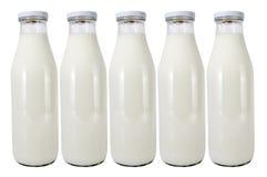 Cinco frascos de vidro com leite Imagem de Stock Royalty Free