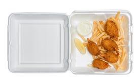 Camarón y patatas fritas fritos en una caja para llevar Imagen de archivo libre de regalías