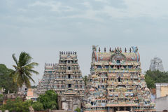 Cinco gopurams incluyendo Vellai en el templo de Shirangam Fotografía de archivo libre de regalías
