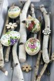 Cinco hechos en casa y los huevos de Pascua hechos a mano con las imágenes de la flor en abedul ramifica, los ornamentos checos,  Foto de archivo libre de regalías