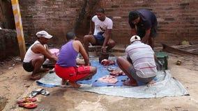 Cinco hombres que trabajan en el patio trasero, cortando a las partes del cuerpo animales metrajes