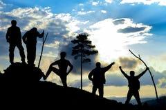Cinco homens em uma montanha foto de stock