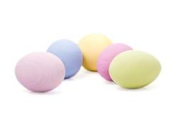 Cinco huevos de Pascua en colores pastel Foto de archivo libre de regalías