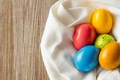 Cinco huevos de Pascua en la servilleta blanca Imagen de archivo libre de regalías