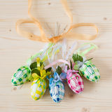 Cinco huevos de Pascua hechos a mano coloridos Foto de archivo libre de regalías