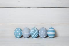 Cinco huevos de Pascua hechos a mano coloridos Fondo con los huevos de Pascua Con efecto retro del filtro Fotos de archivo
