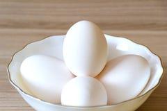 Cinco huevos están en la placa fotografía de archivo