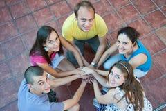 Cinco jovens em um círculo Imagem de Stock Royalty Free