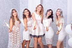 Cinco jovens mulheres à moda felizes que comemoram fotos de stock