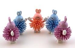 Cinco juguetes del conejito en un semi-círculo Fotografía de archivo libre de regalías