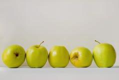 Cinco maçãs verdes Fotografia de Stock