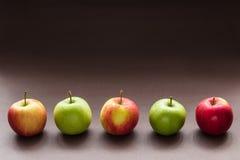 Cinco manzanas en una fila Imagen de archivo libre de regalías
