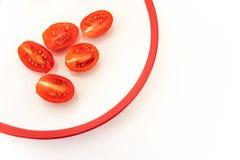 Cinco meios tomates na placa branca Fotografia de Stock