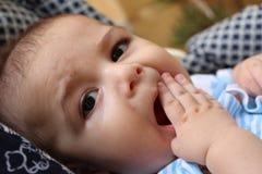 Cinco meses de bebê idoso que joga no pushchair Imagem de Stock