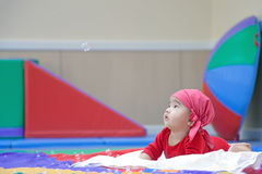 Cinco meses lindos de bebé asiático que mira la burbuja de jabón Imagen de archivo