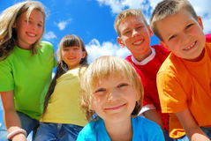 Cinco miúdos felizes imagem de stock