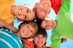 Cinco miúdos felizes em um círculo fotos de stock royalty free
