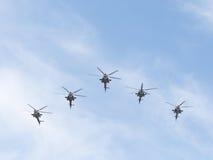 Cinco Mi-28 militares em voo Foto de Stock