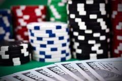 Cinco microplaquetas coloridas do póquer Fotos de Stock Royalty Free