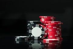 Cinco microplaquetas coloridas do póquer Foto de Stock