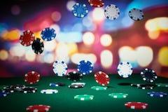 Cinco microplaquetas coloridas do póquer