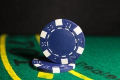 Cinco microplaquetas coloridas do póquer Imagens de Stock Royalty Free