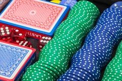 Cinco microplaquetas coloridas do póquer Fotografia de Stock