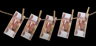 Cinco mil cédulas do rublo de russo que penduram em uma corda com Pegs de roupa Foto de Stock